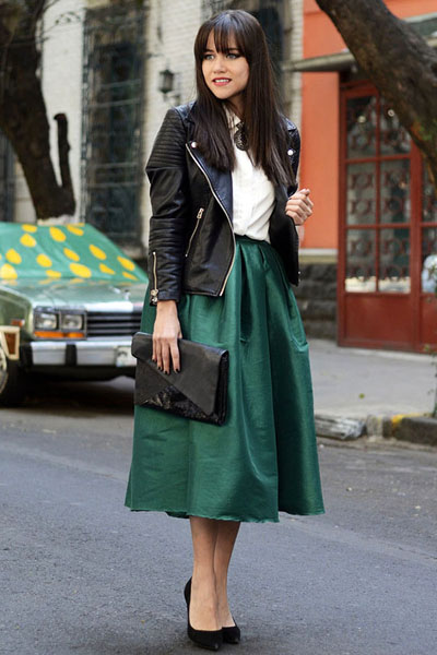 Яскрава шкіряна куртка або смілива косуха з безліччю заклепок в поєднанні з  популярними сьогодні рваними джинсами або укороченими скінні породжує  типовий ... 9cdc66d6a6607