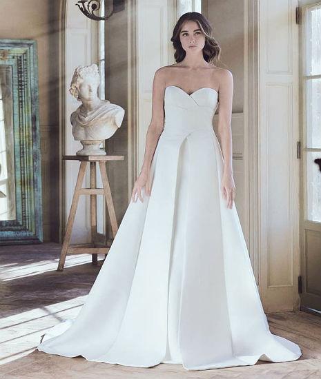 З декором на самих сукнях з крепу дизайнери надходять дуже акуратно – вони  не акцентують на ньому увагу 658b4047765c2