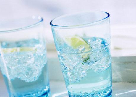 коктейль из минеральной воды и цитрусовых