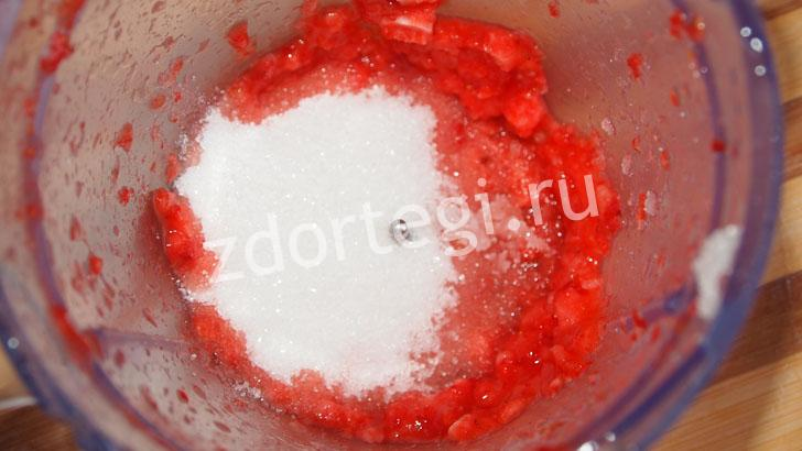 Добавили сахарный песок в клубнику