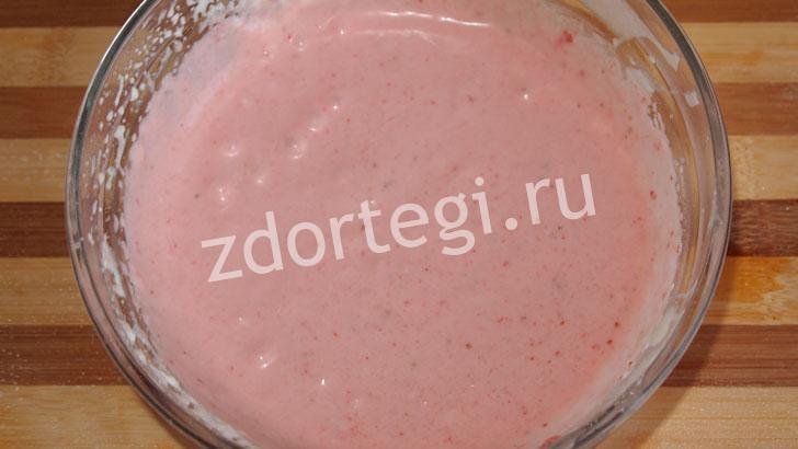Почти готовый полуфабрикат клубничного мороженого