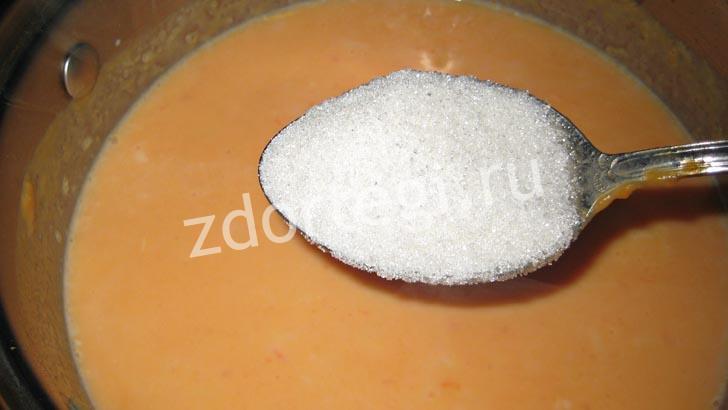 В конце процесса приготовления всыпаем сахарный песок