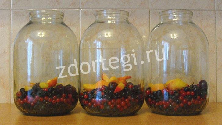 Насыпаем в банки ягодки для компота