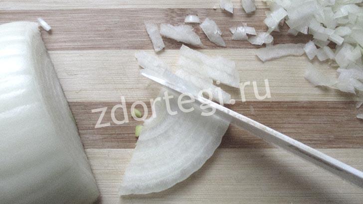 Тонко нарезаем лук