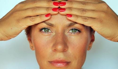 Як прибрати мімічні зморшки на лобі, навколо очей, у рота: в домашніх умовах і салоні
