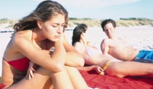 девушка скучает на море