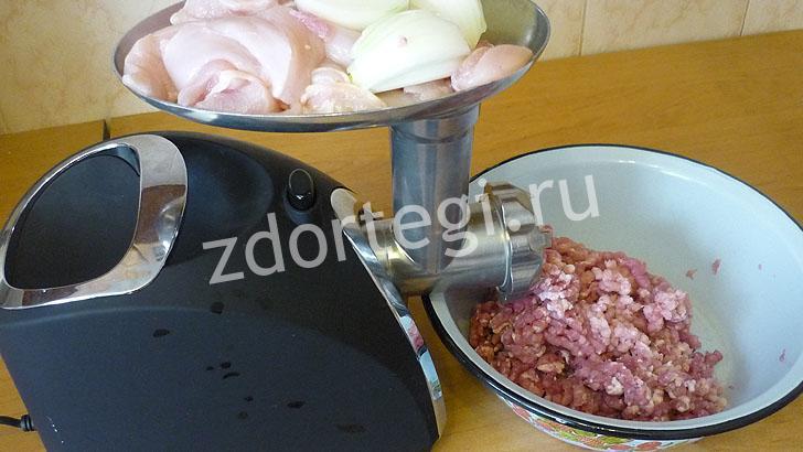Перемалываем мясо и лук на электрической мясорубке