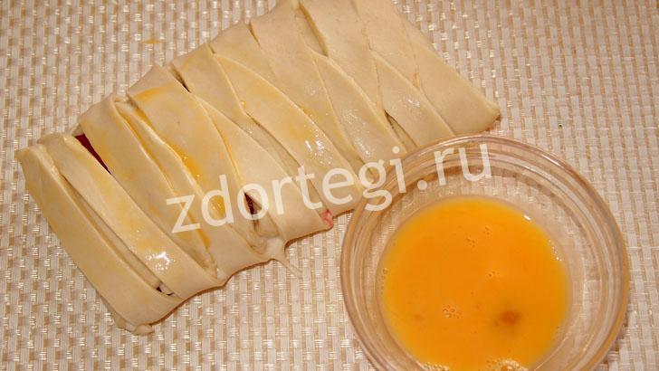 Используем взбитое яйцо для смазки пирога
