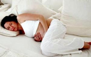 Беременная лежит в кровати