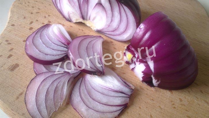 Порезанный салатный лук