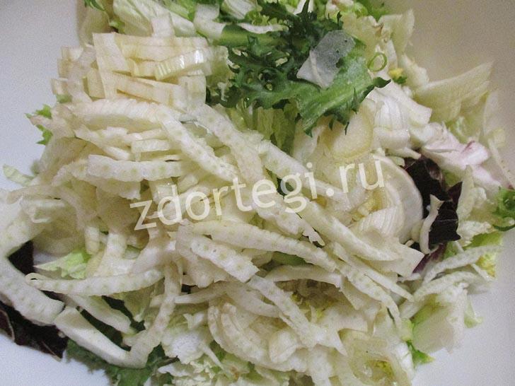 Смешиваем листья салата с фенхелем