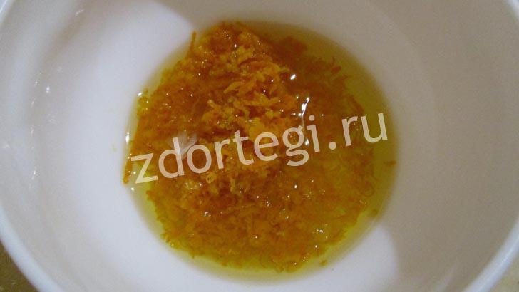 Соединяем сок апельсина с маслом и цедрой