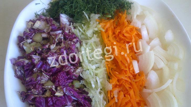 Соединяем капусту с остальными овощами