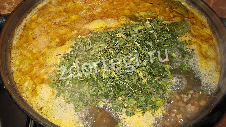 Лавровый и укроп добавлены в суп
