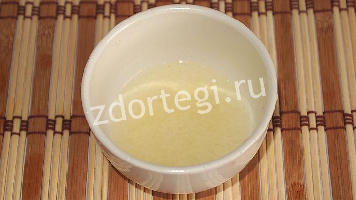 Выжатый сок лимона в чаше