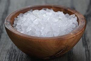 Кристаллы морской соли в деревянной пиале