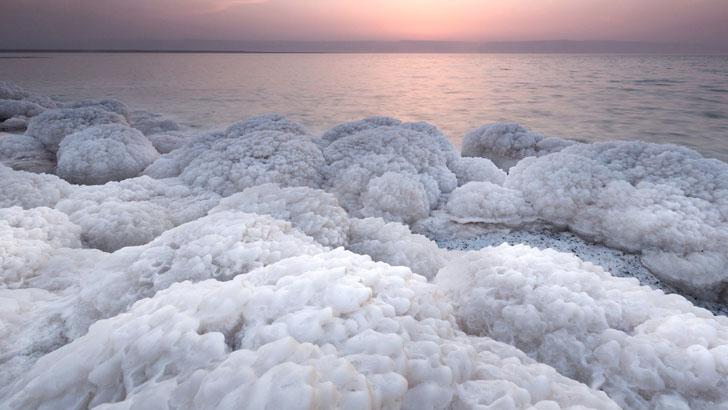 Морская соль на берегу в Иордании