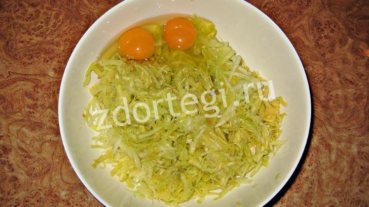 Добавили яйца к тертым кабачкам