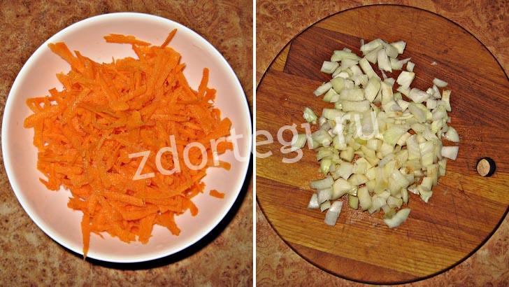 Тертая морковь и порезанный лук для торта из кабачков