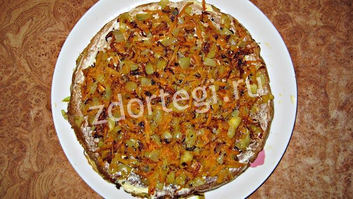 Обжаренные лук и морковь добавляем ко второму коржу