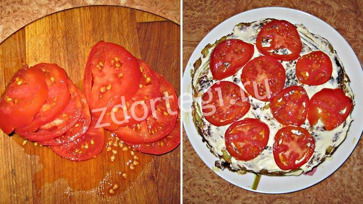 Нарезаем помидоры и укладываем на второй корж