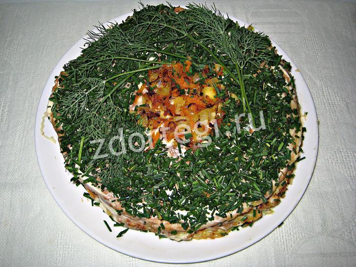Украшенный зеленью и овощами тортик из кабачковых коржей
