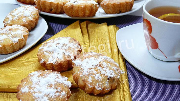 Готовые ванильные кексы с творогом и изюмом