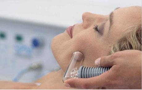 вакуумный массаж с помощью насадки