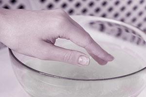 Ногти рук полезно держать в растворе морской соли