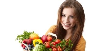 Здоровая девушка с фруктами