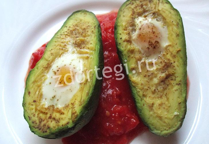 Запеченные перепелиные яйца в авокадо с томатом
