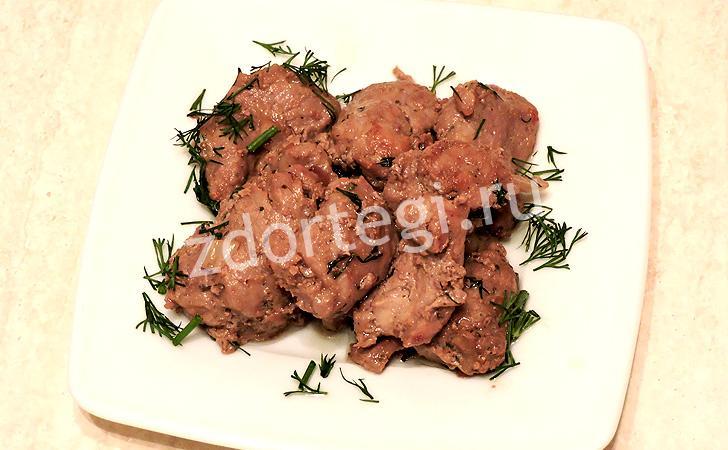 Готовая свинина, обжаренная в соевом соусе на сковороде